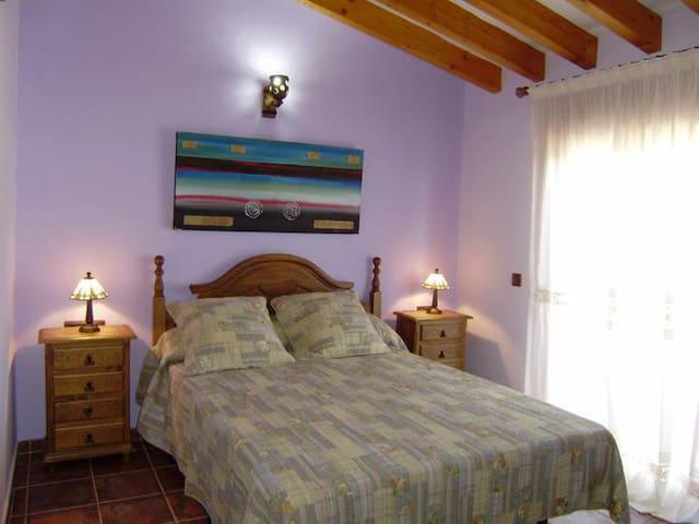 Dormitorio numero dos con su propio baño con bañera y salida a su propia terraza.