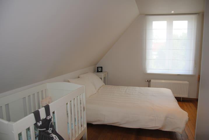 Derde slaapkamer met zetelbed en kinderbed