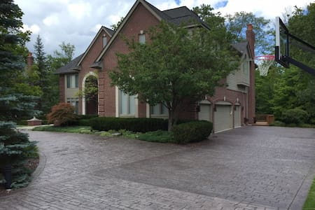 Woodlands Manor - Executive Home - West Bloomfield Township