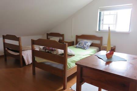2 quartos com 3 camas - Casal Santa Joana - Rumah