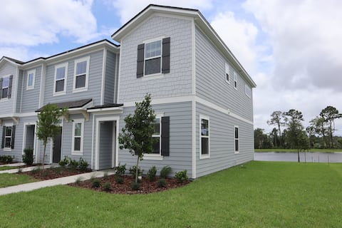 Modern Townhouse mins from the Airport, and Beach!