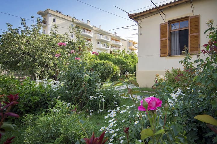 Relaxing in the garden,near the beach &city center - Kalamata - Maison