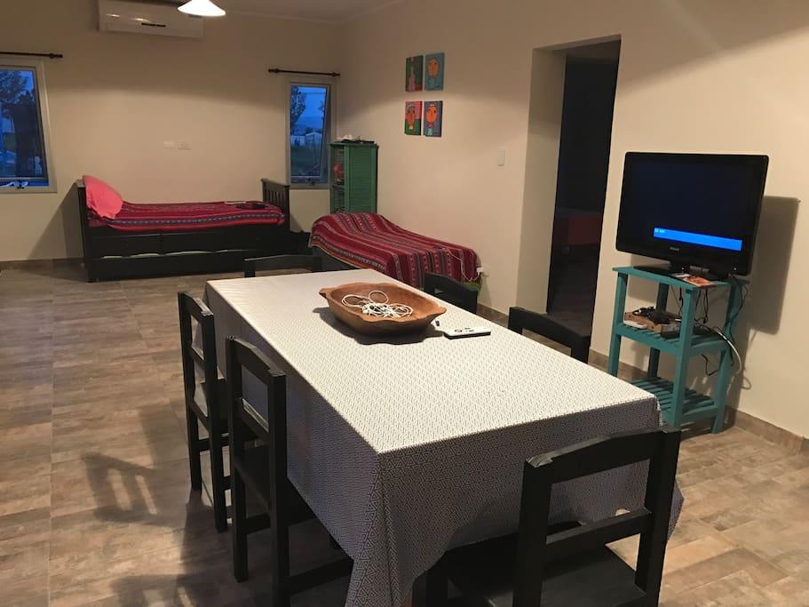 Living comedor con 2 camas individuales, aire acondicionado frío/calor, DirecTV pre-pago