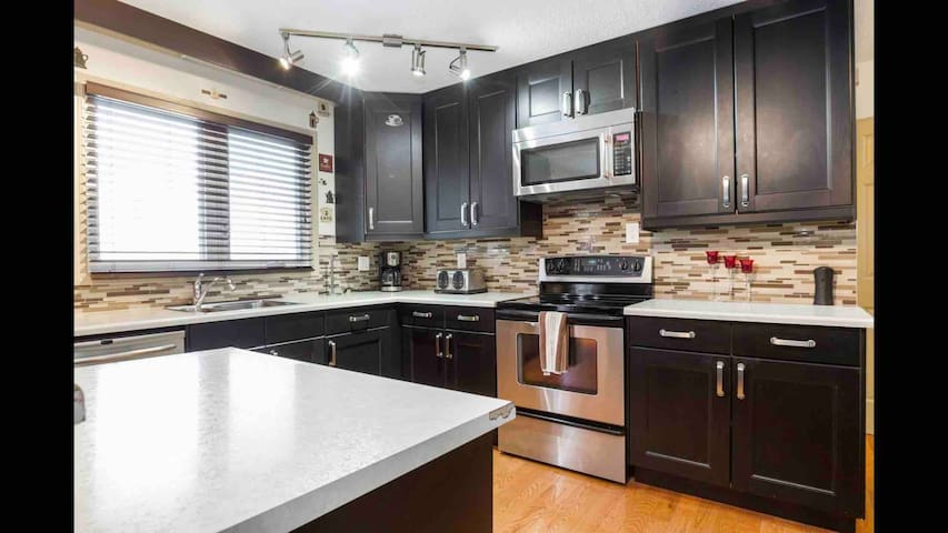 REST EASY - 6 MINS FROM WEST ED MALL - 3 BEDROOMS
