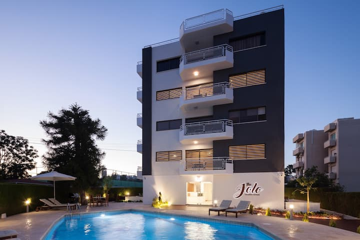 Studio with terrace/partial pool view - The Jolo