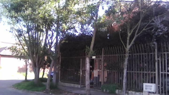 Casa  rodeada de árboles.