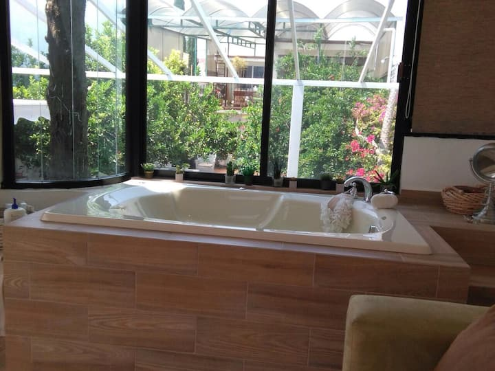 House with Jacuzzi & King size bed