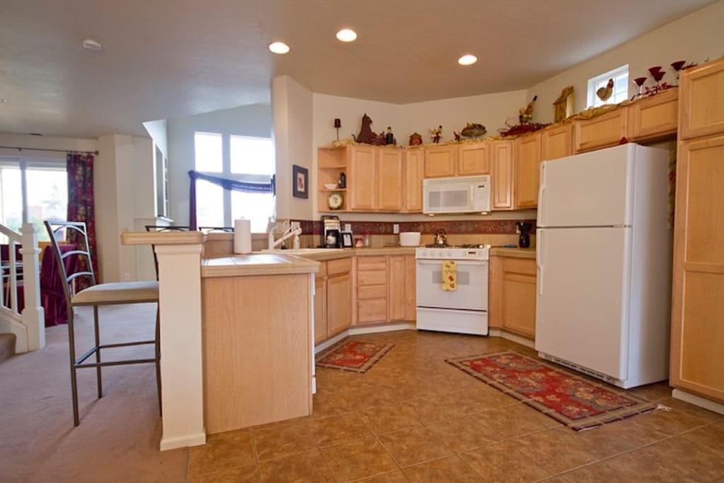 Large Open Fully Equipped Kitchen, Gas Range, Breakfast Bar for 3
