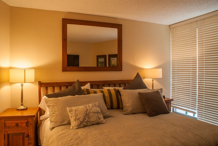 Renovated Suite with Amazing Mountain Views. Pool & Hot Tub, Great Ski Access