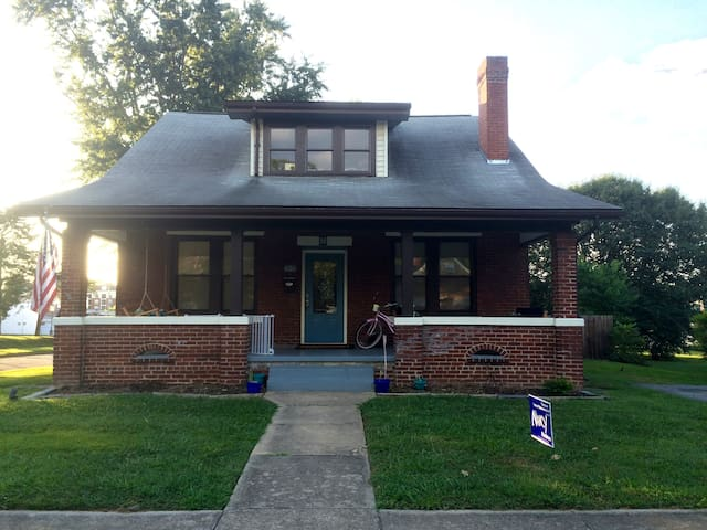 Charming renovated home near downtown JC - Johnson City - บ้าน