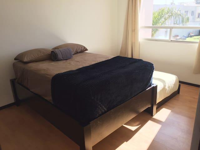 Tercera recámara con cama matrimonial e individual