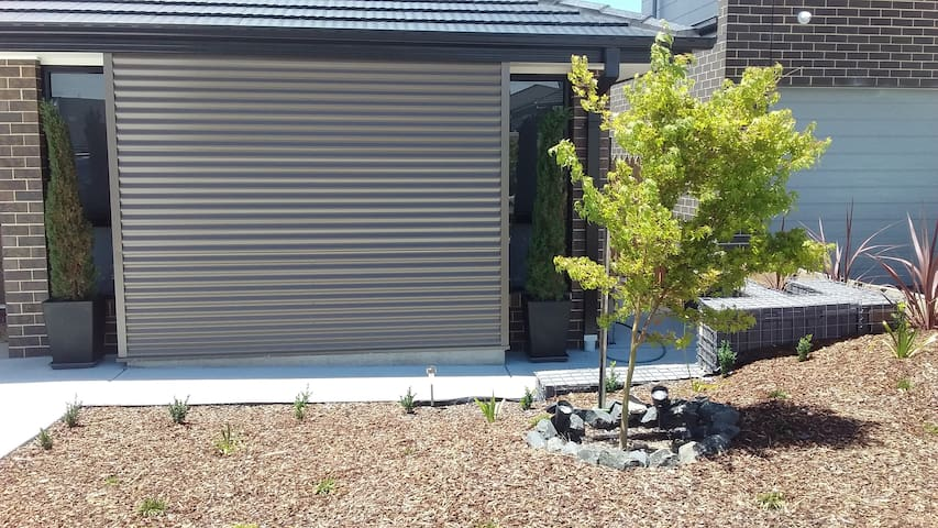Private room with own entrance near Stromlo