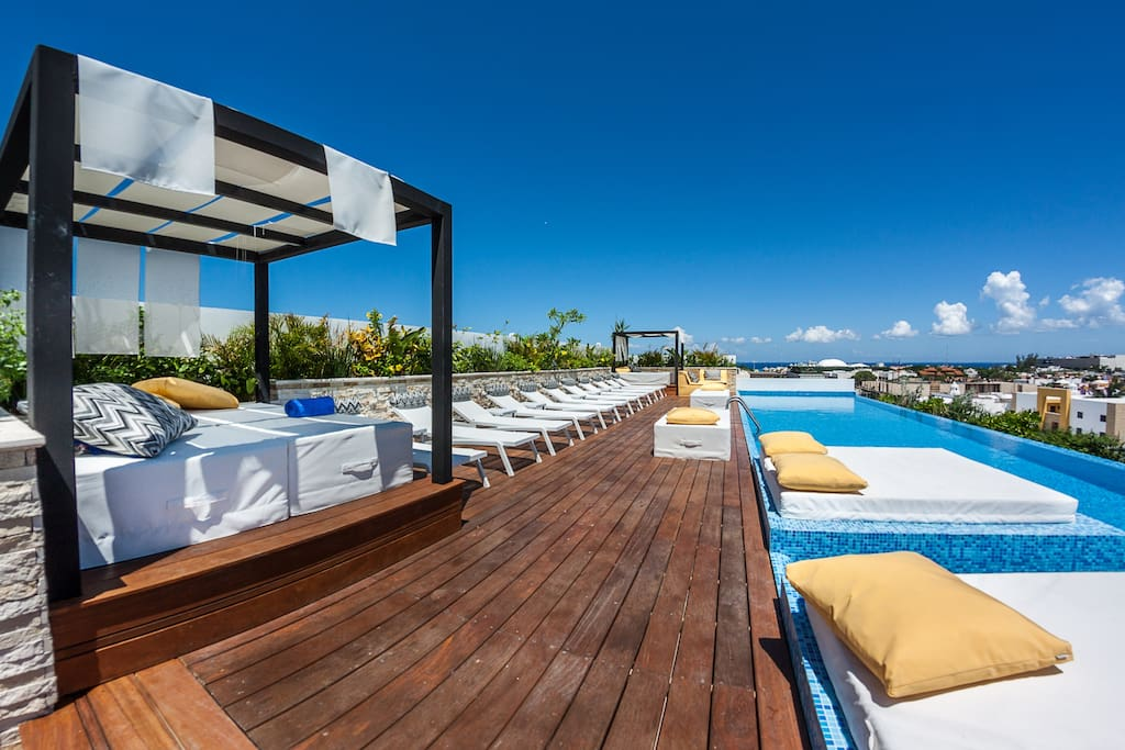 Solarium, bar and rooftop pool, with sea view