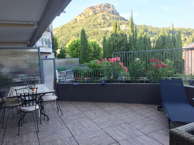 4 rooms apartment 90m2, large terrasse. Sea view.