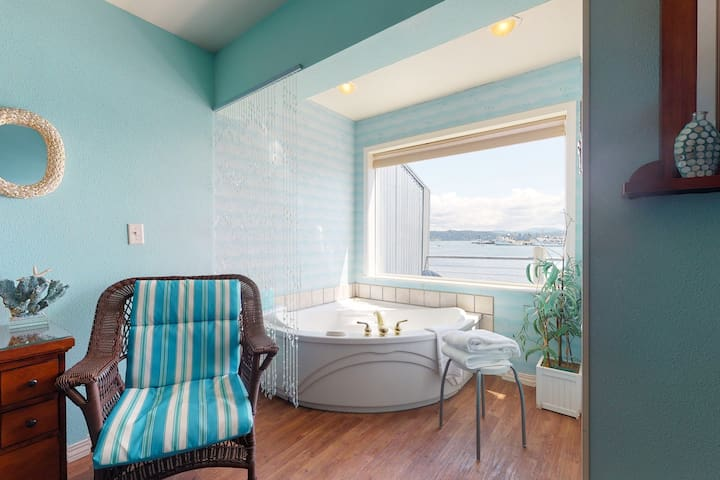 NEW LISTING! Bayfront studio w/ jetted tub, fireplace & balcony - near the beach