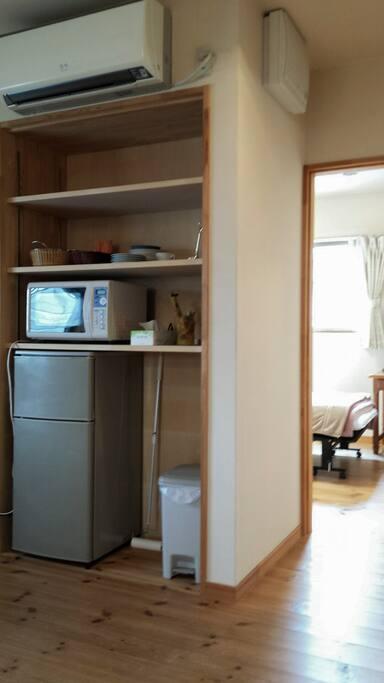キッチンは無いけど冷蔵庫と電子レンジと湯沸しポットは完備