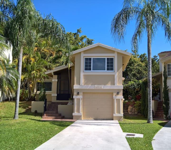 Beautiful Miami Family Lakehouse 2 Bd/2 Bth, 6 Per