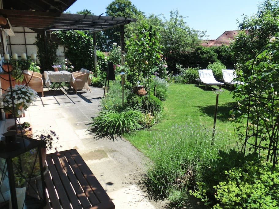 Der Garten lädt zum Relaxen ein.