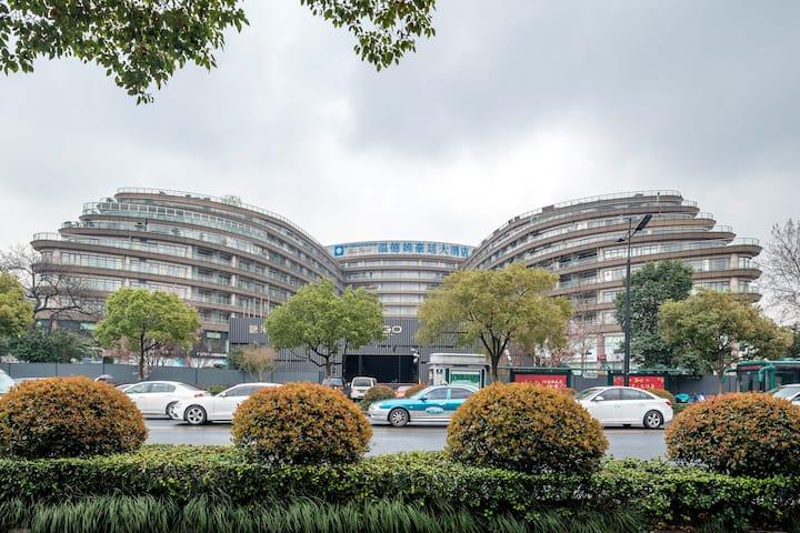 杭州西湖畔300米,夜市200米五星级标准豪华欧式大床房可加床