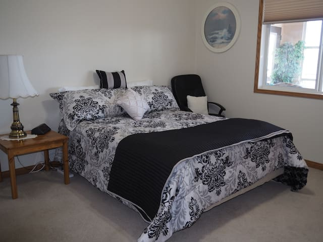 Great space for contract workers.  Large room with a queen size bed.  WiFi / TV in each bed room. Large closet and dresser with extra bedding