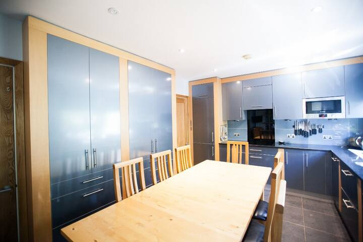 Spacious, luxury apartment FREE PARKING, SLEEPS 8