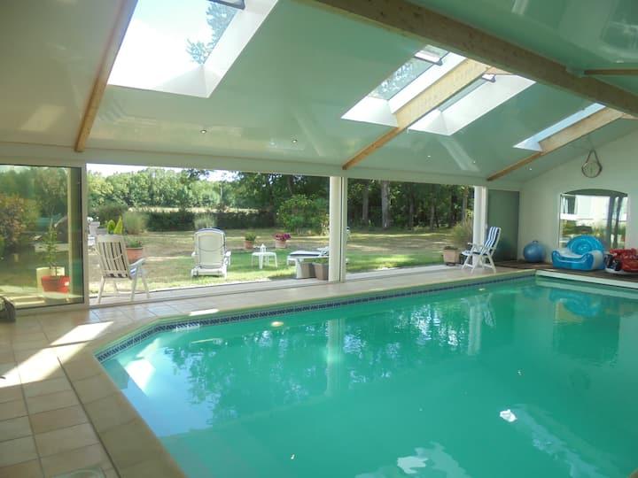 Propriété avec piscine intérieure chauffée et parc