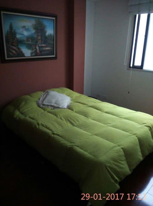 Cuarto Principal, cama doble, sábanas y cobijas