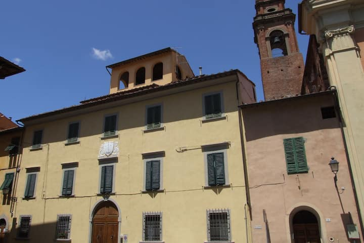 It 's located in the historic center of Pisa on the ground floor of a 17th century building