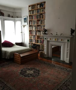 15 minutes to NYC, hw floors, fireplace, studio - Lakás