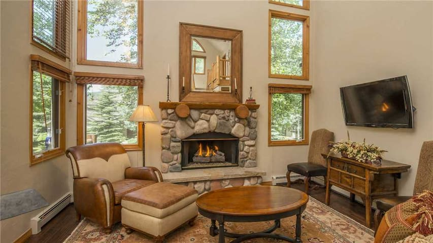 Delightful 4BR Home + Pool Table + Community Pool + Hot Tub - Chalet Punto
