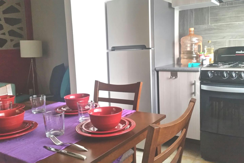 Departamento perfectamente ubicado en en el centro de la Ciudad de México. Un dormitorio, cocina equipada con estufa, horno de microondas y refrigerador; sala-comedor; lavadora y un baño completo. Tercer piso