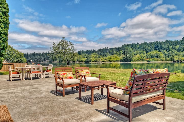 Gorgeous Waterfront Home! Private Hot Tub, Kayaks!