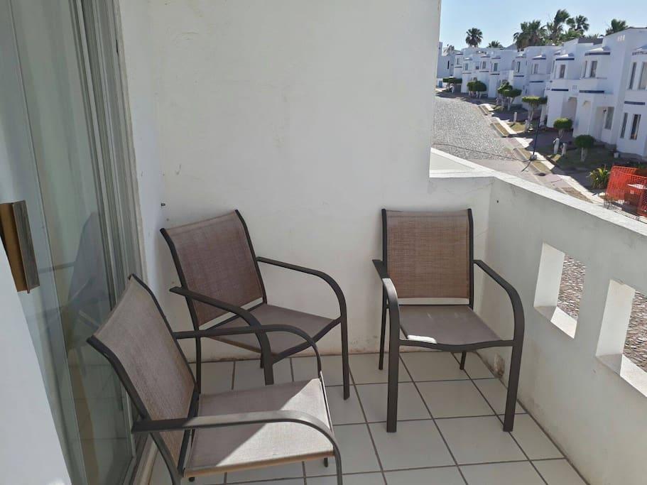 Sillas en el balcón