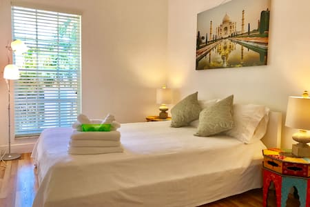 Bright Raimbow Room #2 (w/ shared bathroom) - North Miami - Appartement