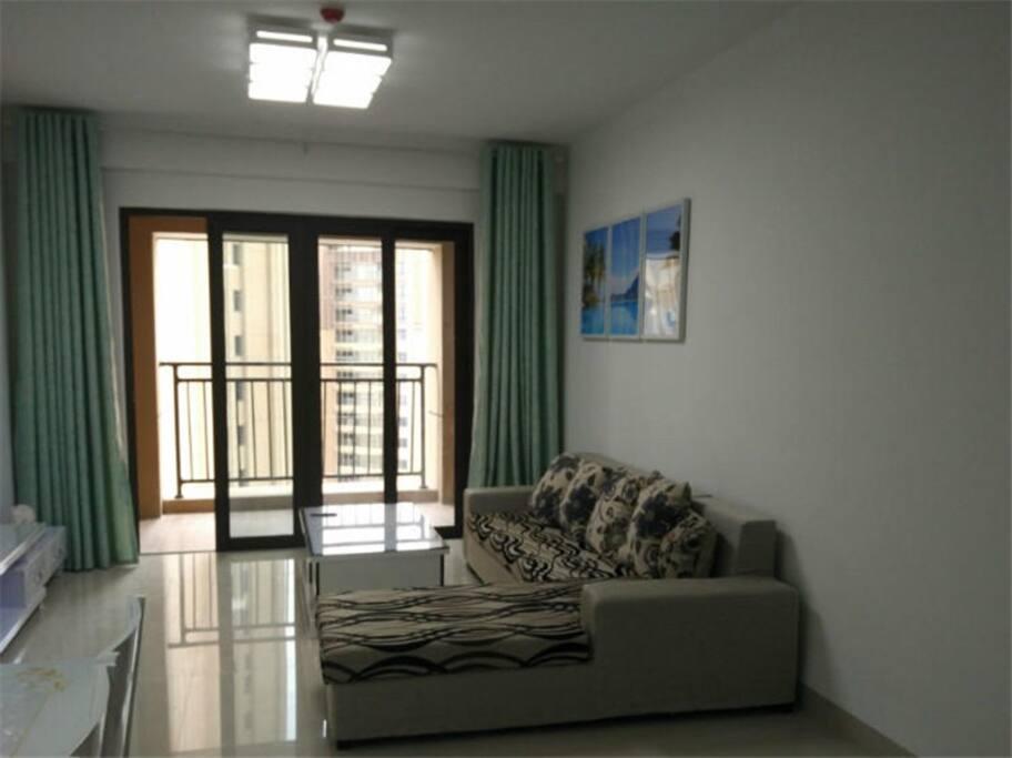 客厅,以及沙发床,还有阳台