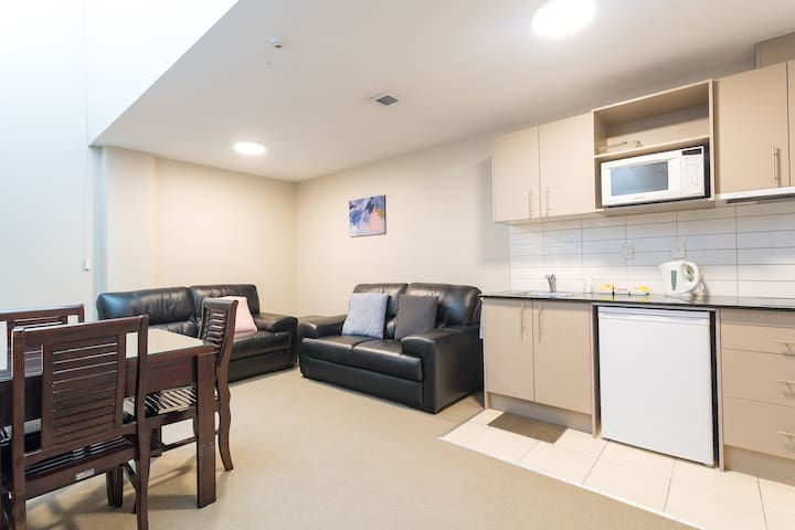 Spread your wings in this spacious pad w carpark