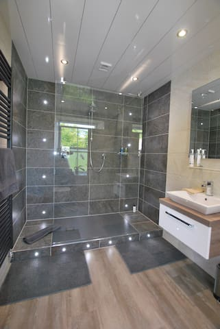 Deluxe-King-Ensuite with Shower-Sea View