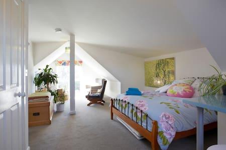 Gorgeous cosy loft room in York - York