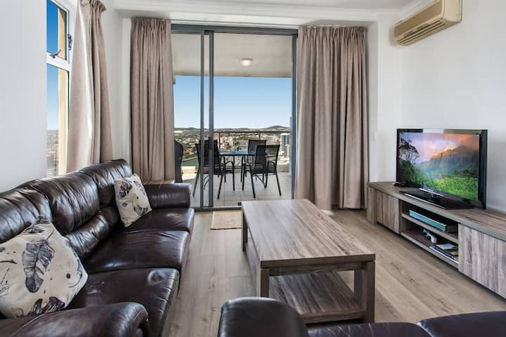 2-Bed Riverfront CBD Unit with Parking Pool Gym