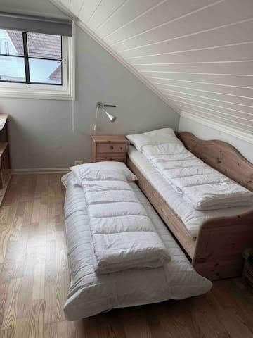 Soverom 3 med en luftmadrass på gulvet ved behov