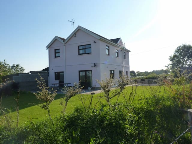Ty Gwyneth: Spacious, modern and in rural location - Cefn Cribwr