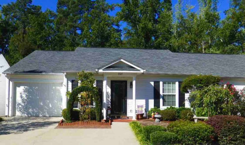 Augusta 3bdrm Home: Retreat *with hot tub*
