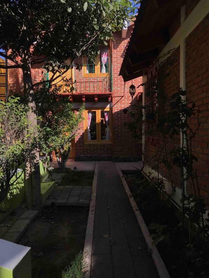 Cabaña II, vista al jardín, 2 pisos.