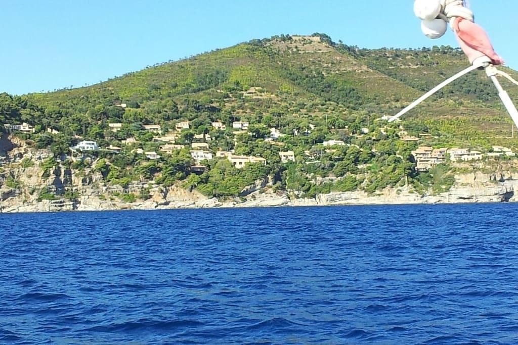 Petit domaine perché sur la falaise entouré de forets