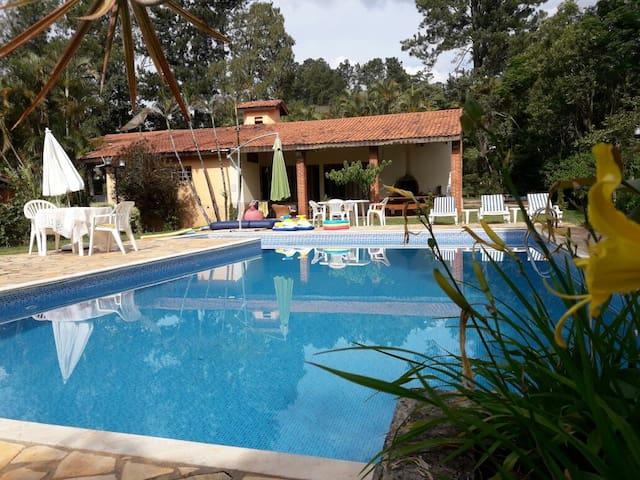 Casa com piscina  em condomínio seguro e completo