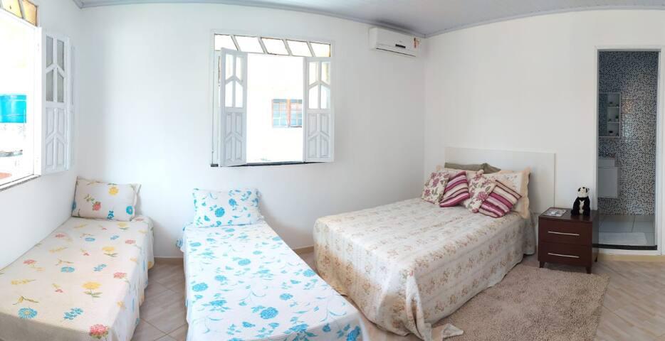 Suite 2: 1 cama de casal, 1 cama de solteiro, Ar condicionado, espelho