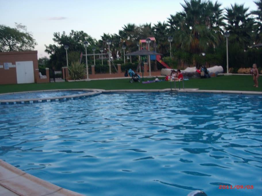Piscina Adultos- Piscina Infantil y Zona de Juegos para niños dentro de la Urbanización