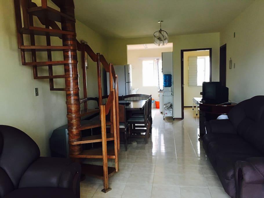 Primeiro Andar: Sala e Cozinha; First Floor: Living Room and Kitchen;