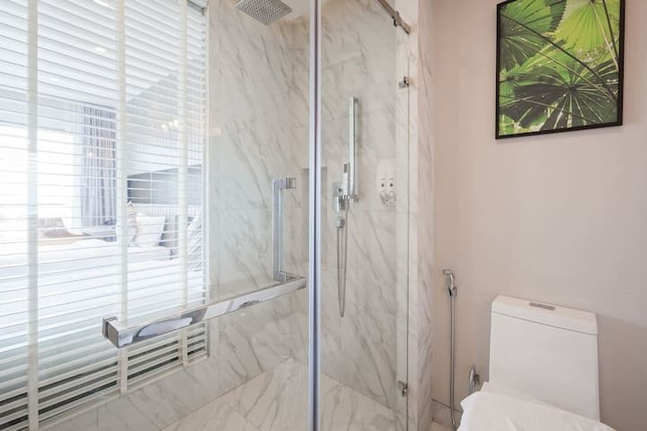Marble bathroom, fully equipped