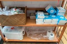 一次性牙刷梳子 纸巾 厕纸 以及医药箱、